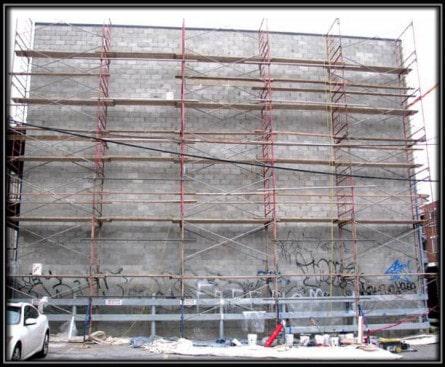 Des condos sur blocs de beton avec un enduits acryliques.