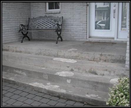 Le crépi de ciment se détachait