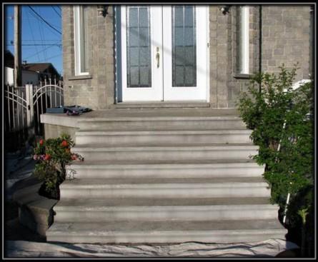 Escalier de façade à Rivière des Prairies.